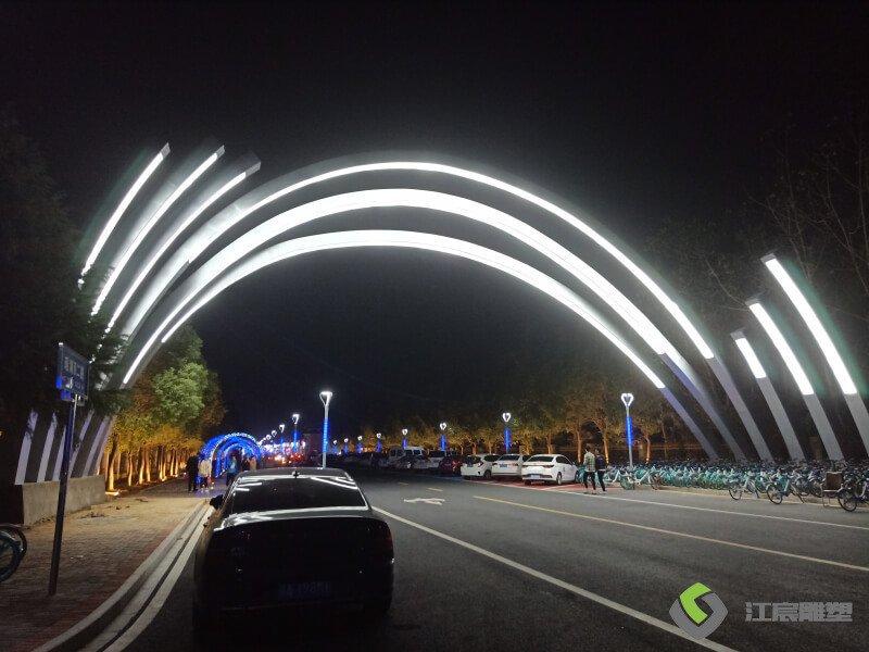 江西雕塑:瑶湖二路外语外贸商业街不锈钢门头夜景发光案例
