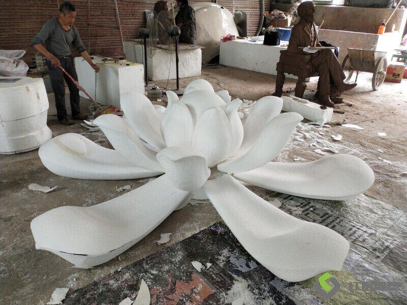 江西雕塑厂家:南京镜面不锈钢莲花造型 商业广场雕塑